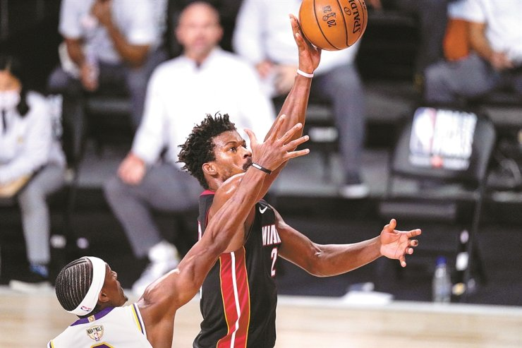 Miami Heat's Jimmy Butler shoots the ball during the second half in Game 3 of basketball's NBA Finals against the Los Angeles Lakers in Lake Buena Vista, Fla., Sunday. / AP-Yonhap