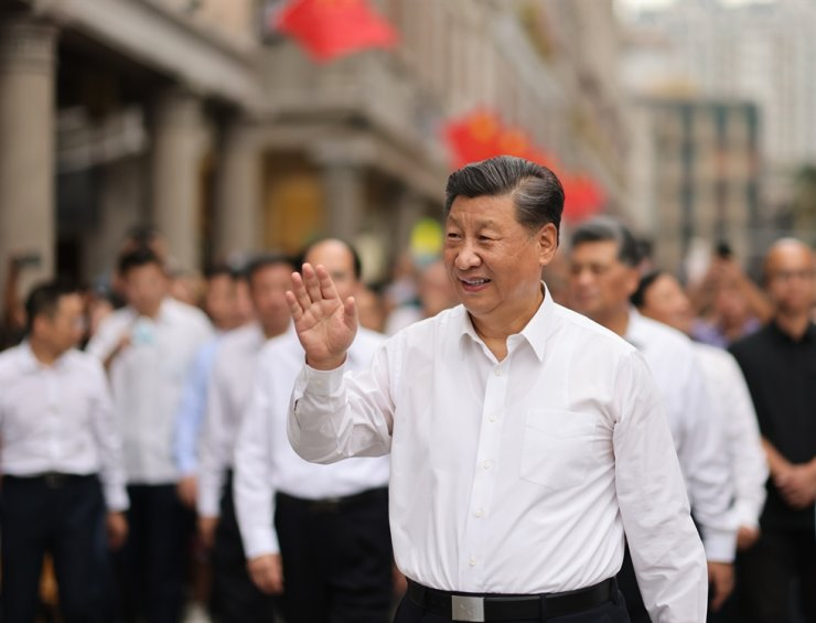 Chinese President Xi Jinping, also general secretary of the Communist Party of China Central Committee and chairman of the Central Military Commission, waves to the crowd while walking along a street in the old downtown areas in Shantou, south China's Guangdong Province, Oct. 13, 2020. Xi on Tuesday afternoon inspected the city of Shantou during his tour in south China's Guangdong Province. Xinhua-Yonhap