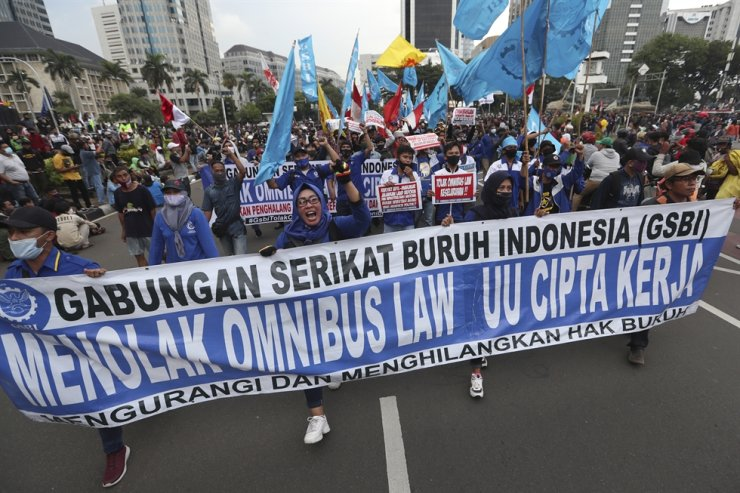 Protesters shout slogans during a march protesting against the new jobs law in Jakarta, Indonesia, Tuesday. / AP-Yonhap