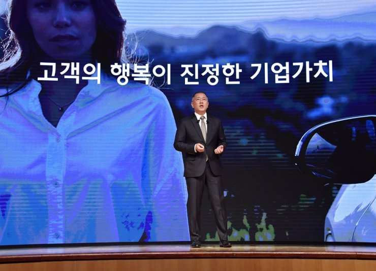Hyundai Motor Group Chairman Chung Euisun addresses customer satisfaction during the automotive conglomerate's New Year greeting ceremony at its headquarters in Seoul, Jan. 2. Courtesy of Hyundai Motor Group