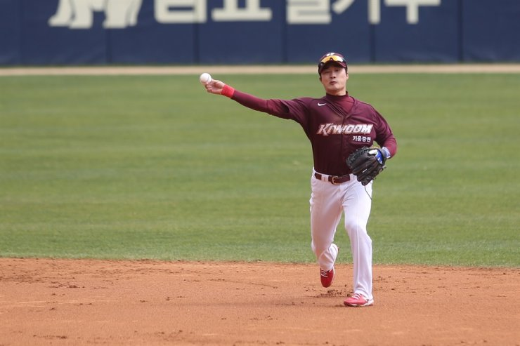 Kiwoom Heroes' shortstop Kim Ha-seong throws the ball during the exhibition match against Doosan Bears at the Jamsil Stadium in Seoul, April 22. / Courtesy of Kiwoom Heroes