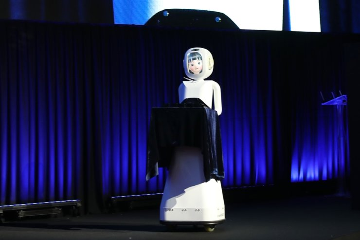 A robot that assists in awards ceremonies is showcased during the Korea Tourism Organization's MICE conference held in Suwon Convention Center in Gyeonggi Province, Dec. 5 last year. / Courtesy of Korea Tourism Organization