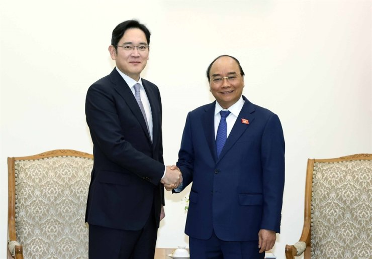 Samsung Electronics Vice Chairman Lee Jae-yong, left, and Vietnamese Prime Minister Nguyen Xuan Phuc shake hands at a meeting at the prime minister's office in Hanoi, Tuesday. Yonhap