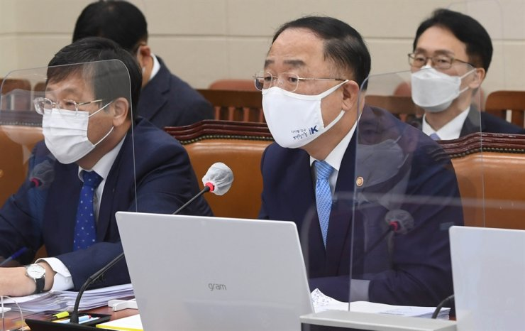 Deputy Prime Minister and Finance Minister Hong Nam-ki, right, speaks during a National Assembly audit of his ministry on Yeouido, Seoul. Yonhap
