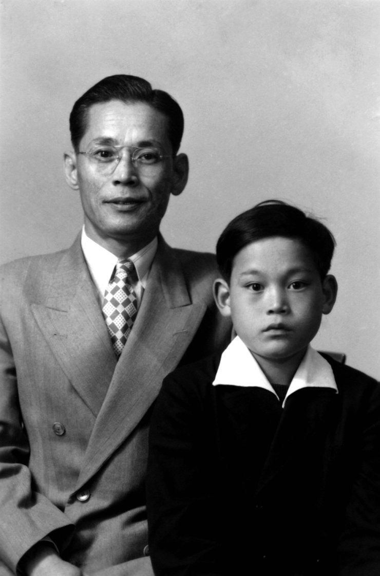 Lee Kun-hee, right, and his father and founder of Samsung Lee Byung-chul. Lee Kun-hee, head of Samsung Group, died at a hospital in Seoul, Sunday. He was 78. Yonhap