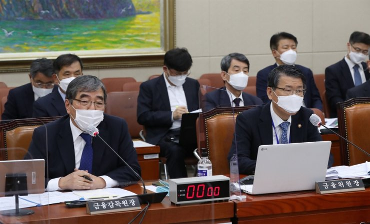 Financial Services Commission Chairman Eun Sung-soo, right, listens as Financial Supervisory Service (FSS) Governor Yoon Suk-heun speaks during an audit of the FSC and the FSS at the National Policy Committee at the National Assembly on Yeouido, Seoul, Friday.