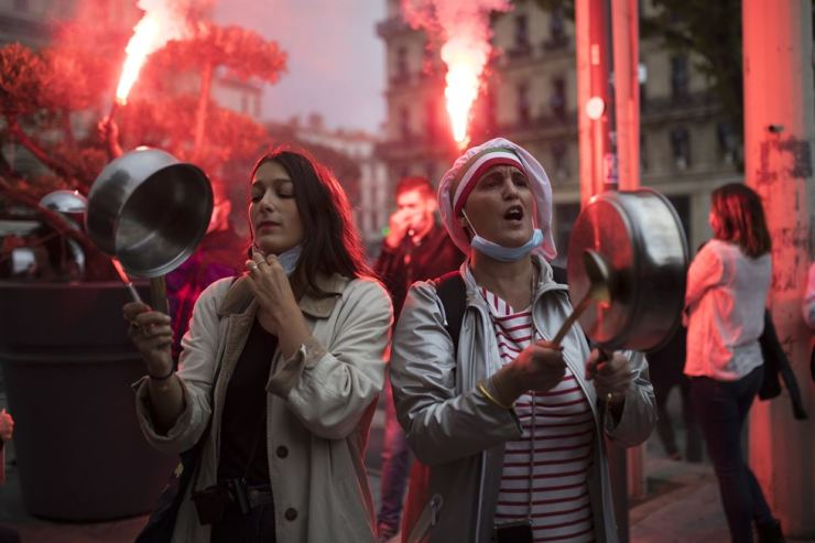 Restaurant owners clang spoons and casseroles at a demonstration against restaurant and bar closures in Marseille, southern France, Oct. 2. AP-Yonhap