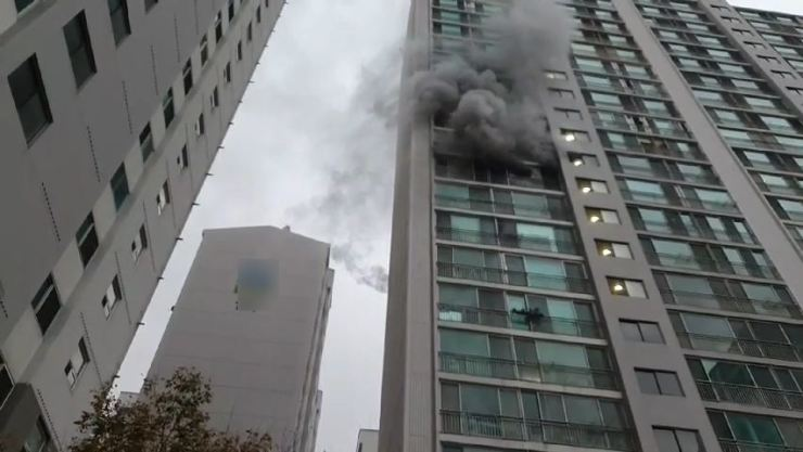 Smoke comes out of an apartment building in Busan, Tuesday. The incident has left one person dead and three others injured. Yonhap