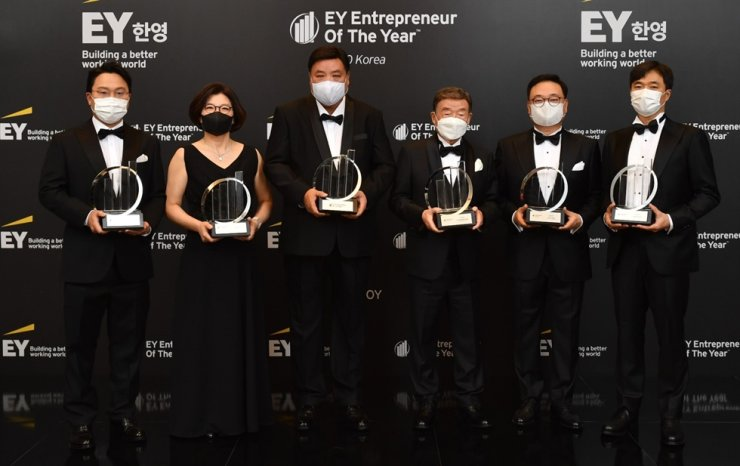 Celltrion Group Chairman Seo Jung-jin, third from left, with other award winners at the 14th EY Entrepreneur of the Year ceremony at Lotte Signiel Seoul, Nov. 5. / Courtesy of EY Hanyoung