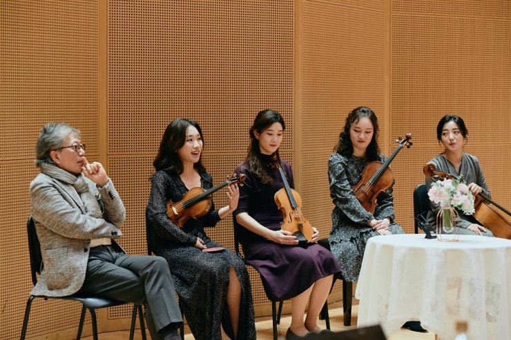 Bae Won-hee, second from left, the leader of Esme Quartet, a Germany-based ensemble, speaks during a press conference held Monday to announce that the team and Korea Chamber Orchestra were selected as this year's in-house art troupes to present a series of concerts at Lotte Concert Hall in Seoul. From left are Korea Chamber Orchestra music director Kim Min, Bae, second violinist Ha Yu-na of Esme Quartet, violist Kim Ji-won of Esme Quartet and cellist Heo Yee-un of Esme Quartet. Courtesy of Lotte Culture Foundation