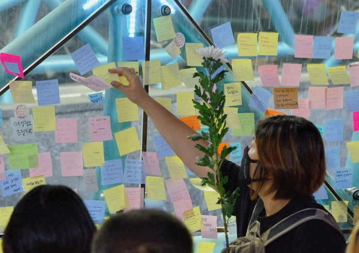 Women commemorate a woman killed by a man in a hate crime near Gangnam Station in Seoul in 2016. Korea Times file