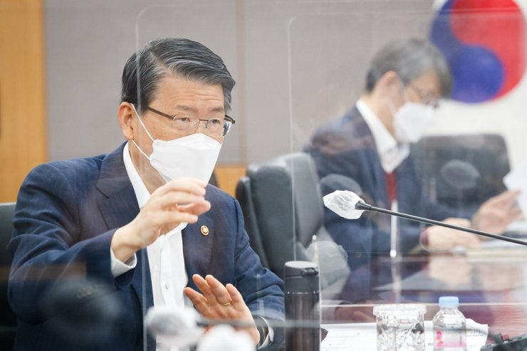Financial Services Commission (FSC) Chairman Eun Sung-soo speaks at a meeting held at the government complex in central Seoul, last Friday. / Yonhap