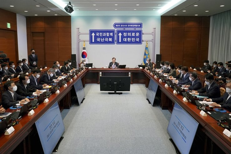 President Moon Jae-in presides over a meeting of the anti-corruption consultative council where Cabinet members and relevant government organizations review the nation's anticorruption efforts, at Cheong Wa Dae in this June 22 photo. Courtesy of Cheong Wa Dae