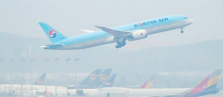 A passenger jet of Korean Air takes off at Incheon International Airport on Nov. 18. Yonhap