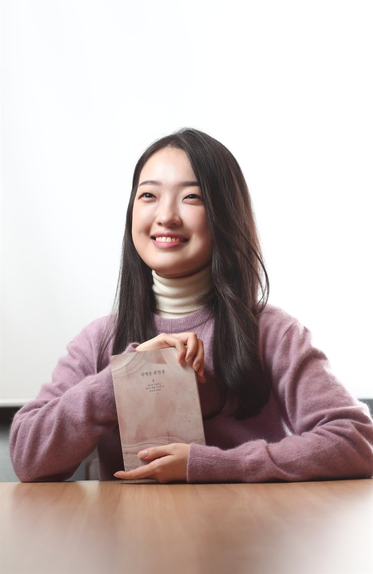 Han Yu-kyung, author of 'The Cancer Center Graduate,' poses at The Korea Times newsroom in Seoul last Thursday. / Korea Times photo by Shim Hyun-chul