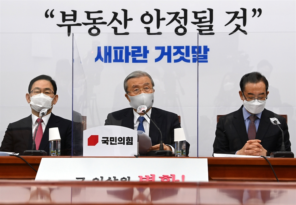 Ruling Democratic Party of Korea (DPK) floor leader Rep. Kim Tae-nyeon, center, speaks during a party meeting at the National Assembly, Thursday. Kim said the DPK would push ahead with law revisions to launch a special investigative body to look into corruption by high-ranking officials by the end of this year, after a committee to nominate candidates for the position of head of the investigative body failed to reach an agreement at its meeting a day before. Korea Times photo by Bae Woo-han