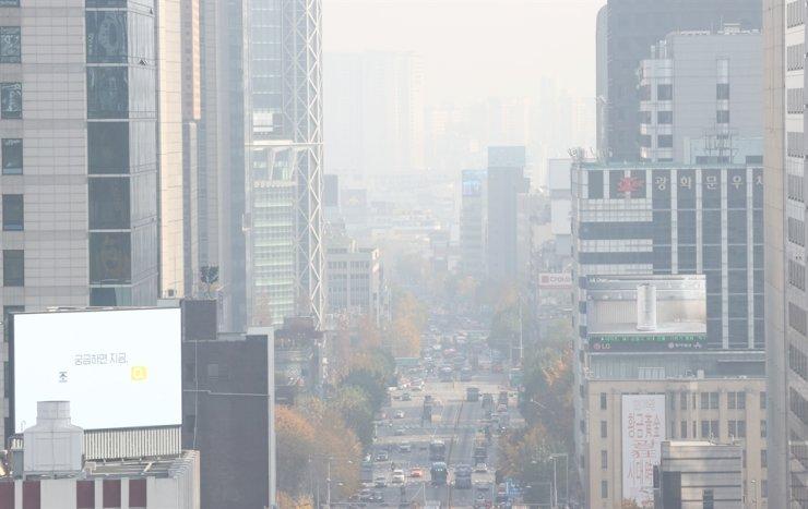 Fine dust blurs the sky over central Seoul, Monday. Yonhap