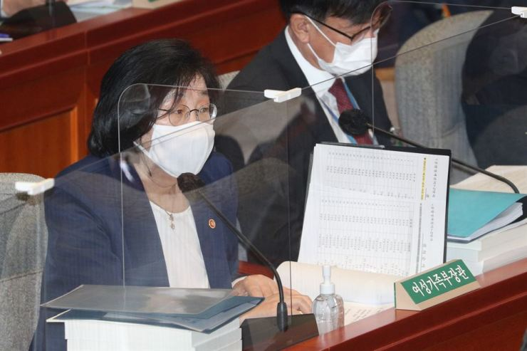 Gender Equality and Family Minister Lee Jung-ok speaks at a meeting of the Special Committee on Budget and Accounts held at the National Assembly in Seoul, Thursday. / Yonhap