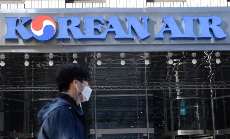 A pedestrian passes by the Korean Air headquarters in Seoul, Nov. 16. / Korea Times photo by Hong In-ki