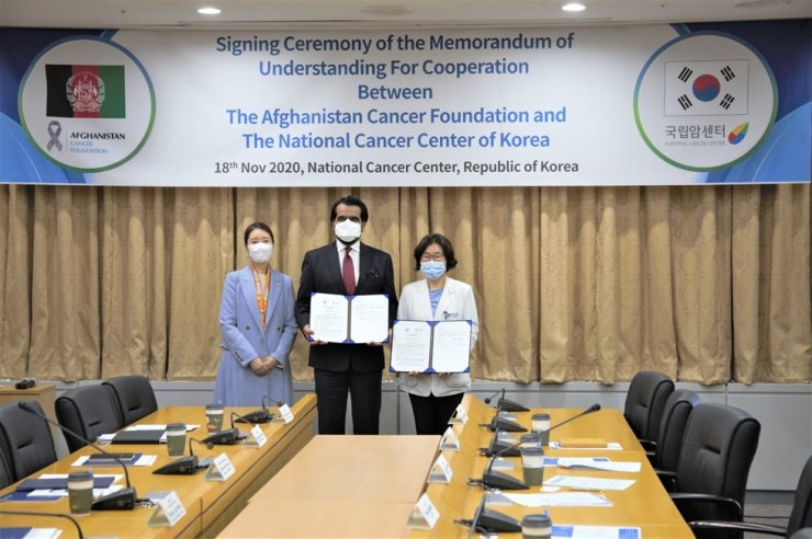 Afghanistan Ambassador to Korea Abdul Hakim Atarud, center, poses with National Cancer Center (NCC) President Lee Eun-sook, right, and Kang Sun-woo, a ruling Democratic Party of Korea (DPK) lawmaker and also a member of the National Assembly Health and Welfare Committee, during a signing ceremony for a memorandum of understanding (MOU) on joint cooperation to fight against cancer in Afghanistan, at the NCC in Goyang, Gyeonggi Province, Nov. 18. The ambassador signed the MOU with the NCC on behalf of the Afghanistan Cancer Foundation. / Courtesy of Embassy of Afghanistan
