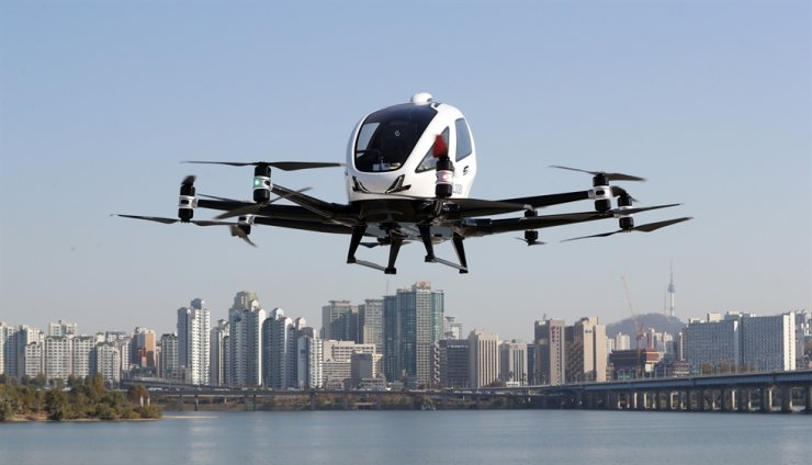 The EH216 drone made by Chinese company Ehang flies over Yeouido, Seoul, during a test run of the air taxi service, Wednesday. The Seoul Metropolitan Government and the transport ministry aim to commercialize urban air mobility services by 2025. Yonhap