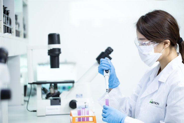 A researcher at a Celltrion lab conducts an experiment to develop COVID-19 medication. / Courtesy of Celltrion