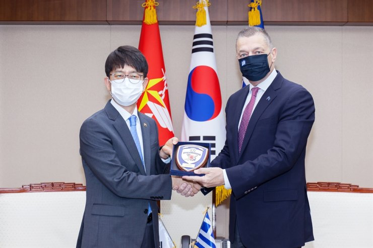 Vice Defense Minister Park Jae-min, left, and Greece's vice defense chief Alkiviadis Stefanis at the Ministry of National Defense on Nov. 13. Yonhap