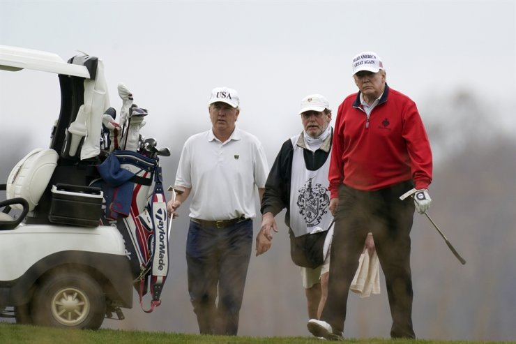 President Donald Trump plays golf at Trump National Golf Club in Sterling, Va., Saturday, Nov. 21, 2020. AP-Yonhap