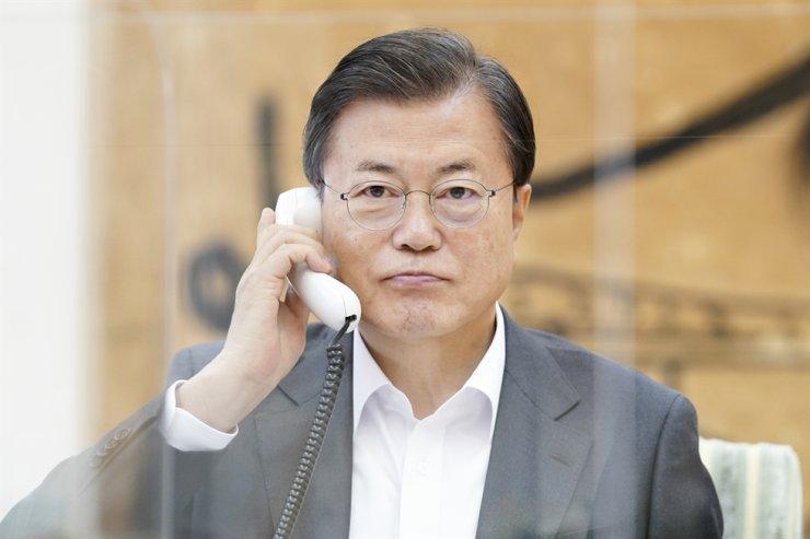 President Moon Jae-in talks with U.S. President-elect Joe Biden over the phone at Cheong WA Dae, Thursday. / Yonhap