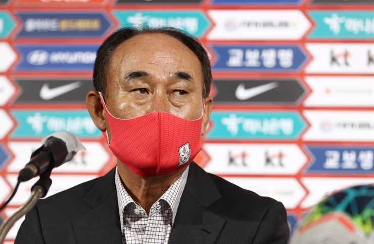 South Korean Olympic football head coach Kim Hak-bum announces the entry list for November friendlies against Egypt and Brazil at Korea Football Association's office in Seoul's Jongno District, Monday. Yonhap