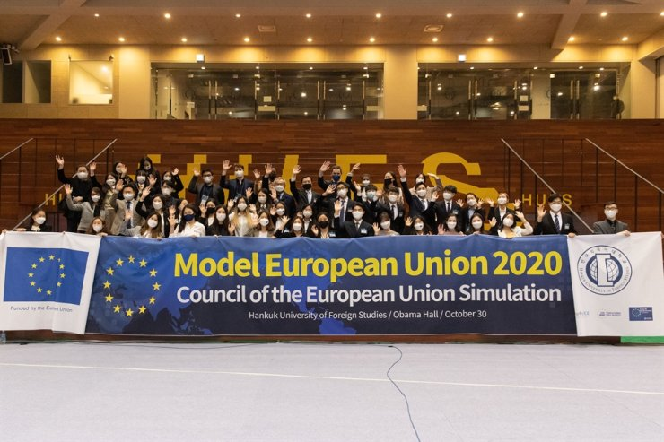 Participants of the Model European Union 2020 pose during the event held Oct. 30 at the Obama Hall in Hankuk University of Foreign Studies (HUFS)./ Courtesy of Hankuk University of Foreign Studies