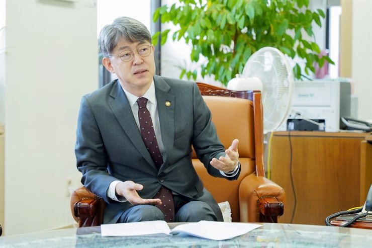 Statistics Korea (KOSTAT) Commissioner Kang Shin-wook speaks at his office in the Government Complex Daejeon in this file photo. / Courtesy of KOSTAT