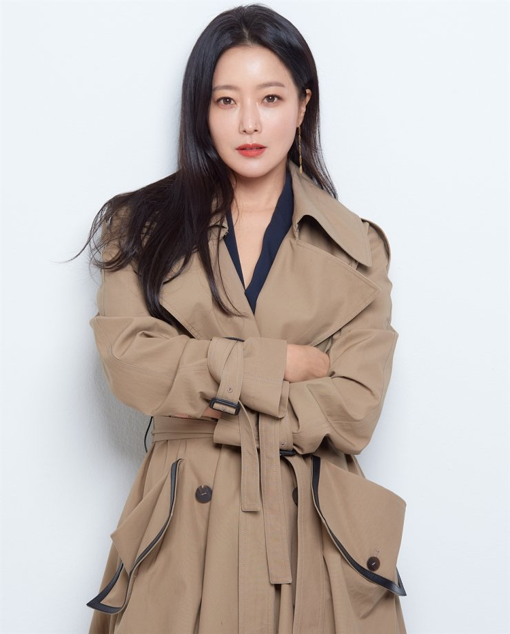 Kim Hee-sun played double roles in the fantasy series 'Alice.' Courtesy of Hinge?Entertainment