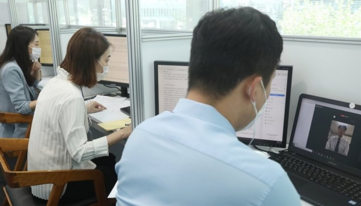 Job seekers sit for online interviews with major banks' recruiting officials during a financial job expo in Seoul on Aug. 26. Yonhap