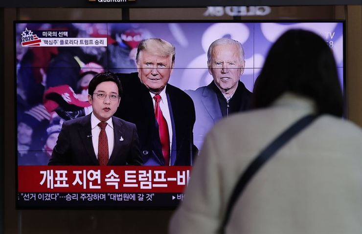 A TV screen at Seoul Station shows news coverage of the U.S. presidential election, Wednesday. AP-Yonhap
