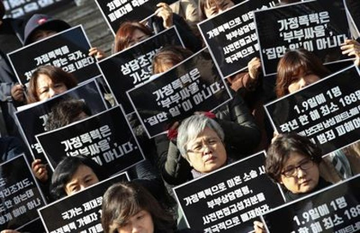 Civic activists call on the government to map out measures against domestic violence during a press conference in downtown Seoul in this Oct. 29, 2018 photo. Yonhap