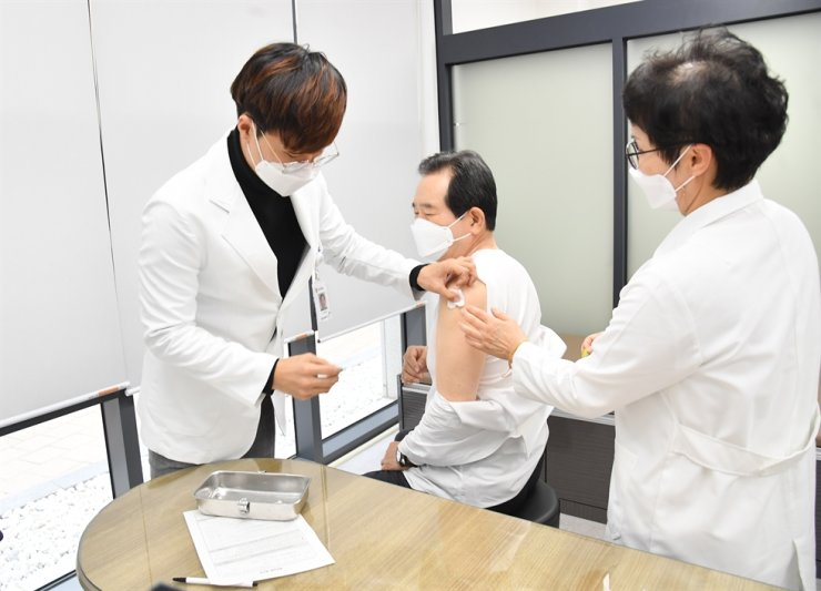 South Korean Prime Minister Jung Sye-kyun receives a flu vaccine shot at a public health center in Sejong on Oct. 21, 2020. Courtesy of Prime Minister's Office