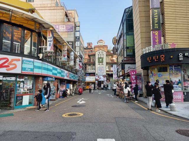 People crowd a street in Seoul's Seocho District on Nov. 16. Yonhap