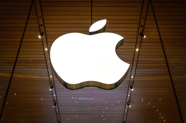 The Apple logo is seen at a company store in an upscale shopping mall in Bangkok on Nov. 10. / AFP-Yonhap