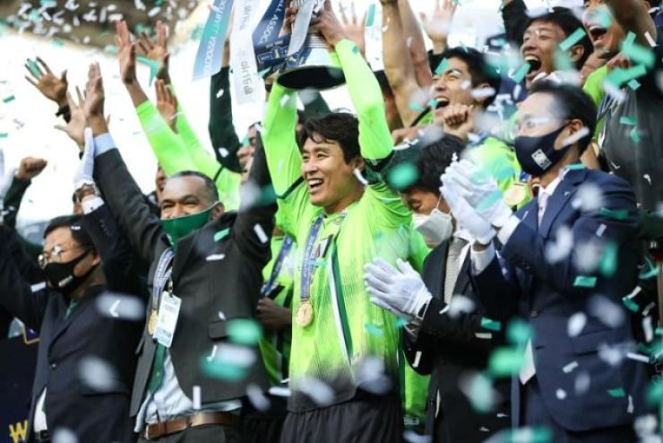 Jeonbuk Hyundai legend Lee Dong-gook, center, celebrates with his teammates after the team won this year's K League 1 at the Jeonju World Cup Stadium, Nov. 1. / Yonhap