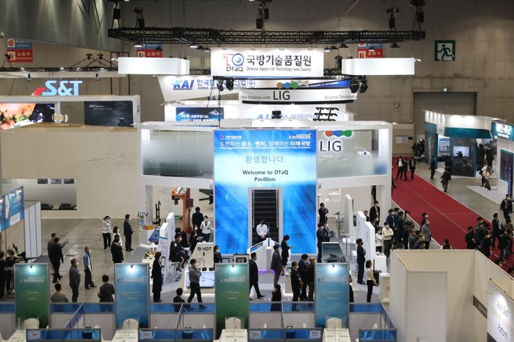 An exhibition booth run by the state-run Defense Agency for Technology and Quality is set up at KINTEX in Goyang, Gyeonggi Province, Wednesday, for the country's largest biennial defense exhibition DX Korea 2020, held until Friday. Courtesy of Defense Agency for Technology and Quality