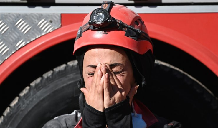 A rescuer reacts as she rests during the ongoing search operation at the site of a collapsed building as they look for survivors and victims in the city of Izmir on Nov. 2, after a powerful earthquake struck Turkey's western coast and parts of Greece two days ago. Rescue workers were searching eight buildings in Izmir despite dwindling hope for survivors, as the death toll of a powerful magnitude earthquake which hit western Turkey rose to 69. AFP-Yonhap