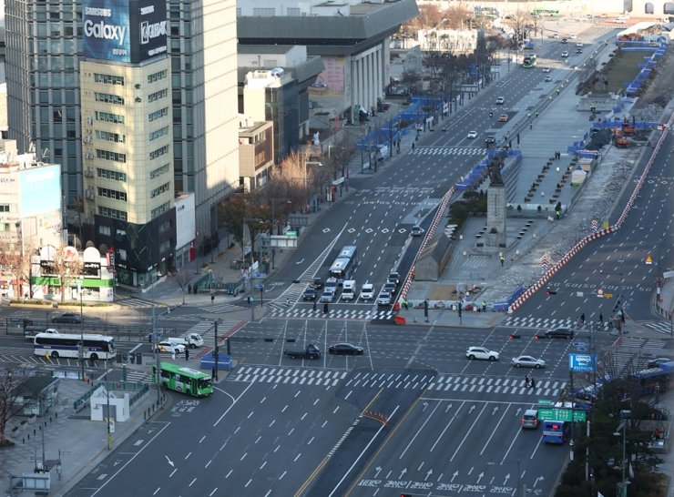 One of Seoul's largest downtown areas, Gwanghwamun Square, is noticeably less crowded with less traffic volume than usual, Saturday morning, as there have been over 500 new daily COVID-19 infections nationwide over the past several days, raising the central government's concern over protecting residents from the unrelenting global pandemic. Yonhap