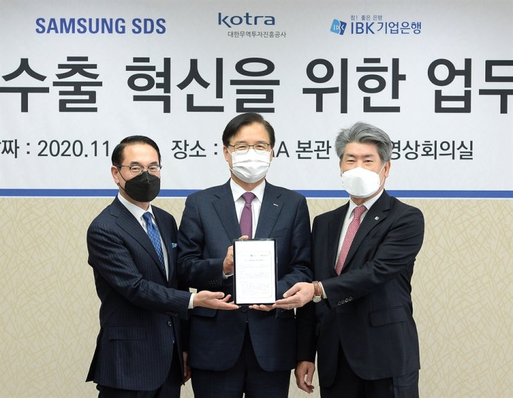 Korea Trade-Investment Promotion Agency (KOTRA) CEO Kwon Pyung-oh, center, Samsung SDS CEO Hong Won-pyo, left, and Industrial Bank of Korea CEO Yoon Jong-won pose after signing a memorandum of understanding at the KOTRA headquarters in Seoul, Thursday, to help small and medium-sized enterprises export their products via online. / Courtesy of KOTRA