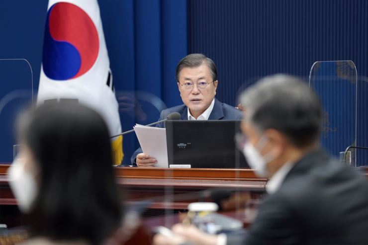 President Moon Jae-in speaks during a Cabinet meeting at Cheong Wa Dae, Nov. 17. Moon's job approval rating has dropped over a series of policy failures, according to a poll agency, Monday. Korea Times photo by Wang Tae-seok