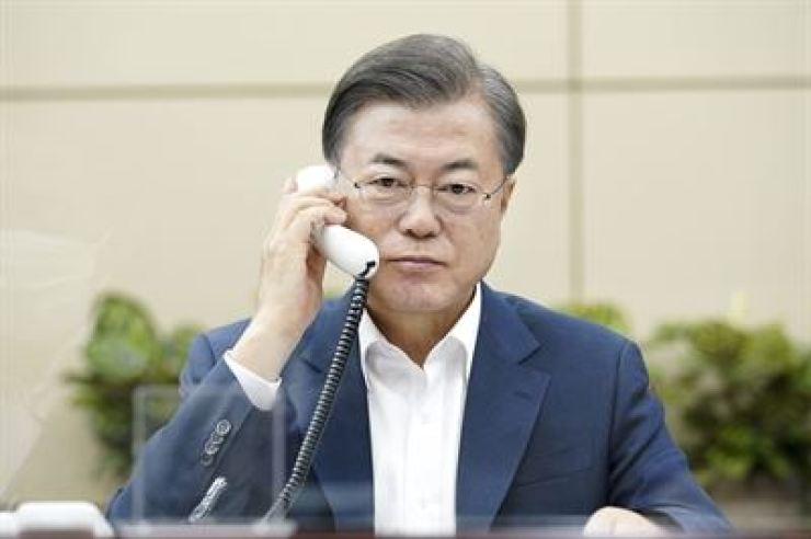 President Moon Jae-in plans to talk with U.S. President-elect Joe Biden as early as Thursday. / Korea Times file