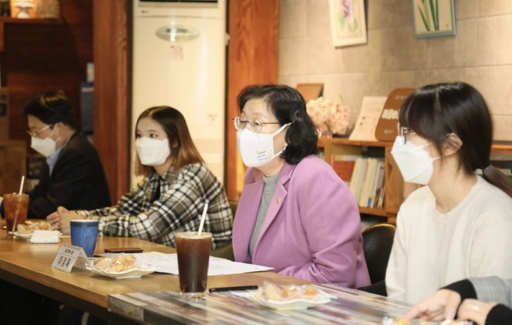 Gender Minister Lee Jung-ok attends a meeting with single parents held at a cafe run by single mothers located in Dongjak District, Seoul, Monday. / Courtesy of Ministry of Gender Equality and Family