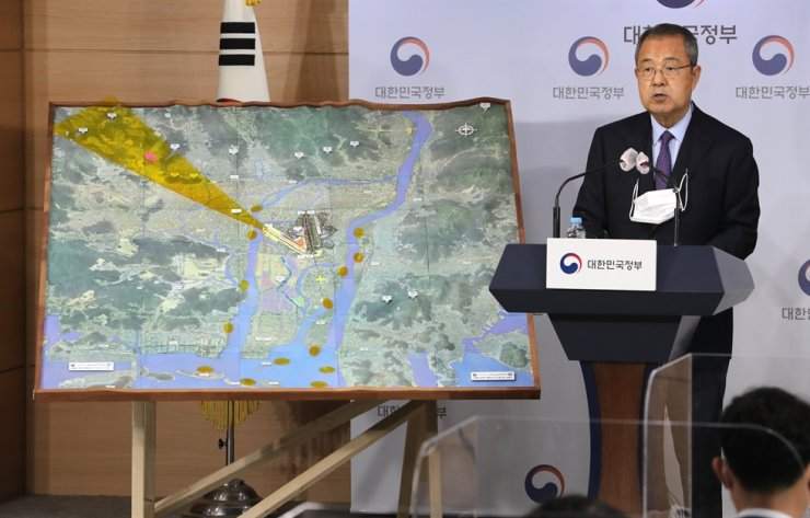 Prof. Kim Soo-sam of Hanyang University, head of a verification committee affiliated with the Office for Government Policy Coordination Prime Minister's Secretariat launched in December last year to determine the feasibility of the construction of a new airport in Gimhae, speaks during a press briefing at the Government Complex Seoul, Tuesday. The committee has decided that the Gimhae new airport project needs a fundamental review. Korea Times photo by Lee Han-ho