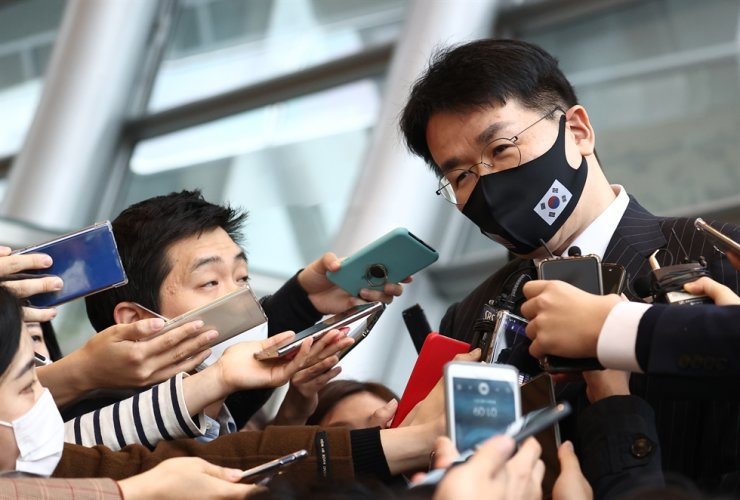 Hanjin Group Chairman Cho Won-tae responds to reporters' questions on the sidelines of his participation at an industry event held in downtown Seoul, Wednesday. Yonhap