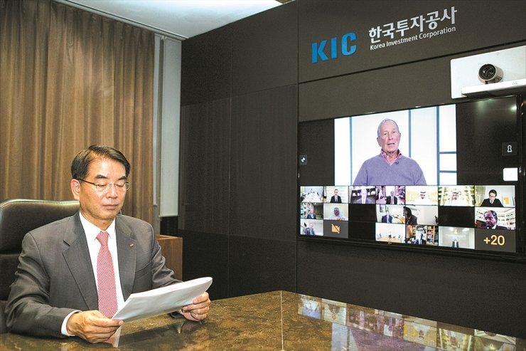 Korea Investment Corp. (KIC) CEO Choi Hee-nam, left, holds a video conference with Task Force on Climate-related Financial Disclosures (TCFD) Chairman Michael Bloomberg, top right, along with 32 other global financial leaders on Saturday, Korea time, at an online annual meeting of the One Planet Sovereign Wealth Fund (OPSWF). Korea's sovereign fund joined OPSWF, launched in December 2017 with sovereign funds of several major countries including France, Italy, Spain and India, in an attempt to discover investment opportunities in line with the climate change agenda. / Courtesy of KIC